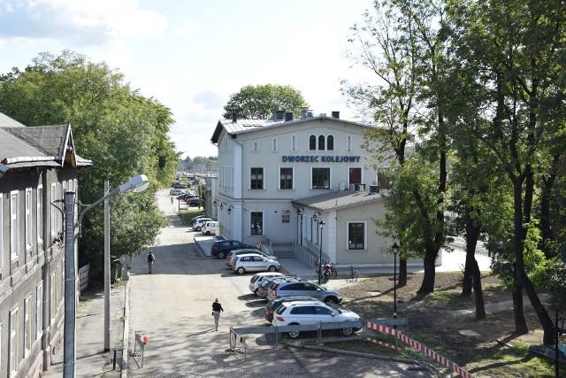 Parking przy dworcu PKP w Krzeszowicach zmienia się całkowicie. Jednak na czas intensywnych robót na jego nowej płycie musi być zamknięty