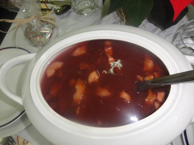 Zupa z brzadu to tradycyjna na Kaszubach potrawa postna.Jej głównym składnikiem są suszone owoce: gruszki, jabłka, śliwki i wiśnie. Owocowy susz jest najlepszy, gdy całe owoce, niepestkowa-ne, z gniazdami nasiennymi, podsusza się w piecu. Do tego ważną częścią zupy są także kluski. Pyszną, tradycyjną zupę z brzadu przygotowała w Przedszkolu Tęczowa Trójeczka w Kościerzynie Stefania Słomińska. Uczestnicy Wigilii byli zachwyceni niezwykłym smakiem. - Zupę z brzadu przygotowuje się z suszonych jabłek, gruszek, śliwek, wiśni - mówi  Stefania Słomińska. - Do tego przyrządza się kluski z surowych ziemniaków. Ziemniaki uciera się na  tarce, odcedza, dodaje jajka, mąkę,  cukier, sól do smaku.