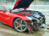 Wypadek ferrari na autostradzie A1: Kierowca rozbił czerwone ferrari na A1 w okolicach Łojek. Dostał mandat od policji
