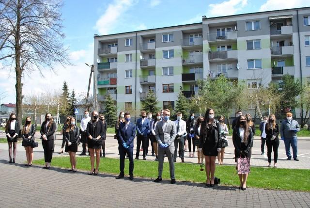 Absolwenci Zespołu Szkół Ponadpodstawowych odebrali świadectwa podczas spotkania zorganizowanego na szkolnym placu.