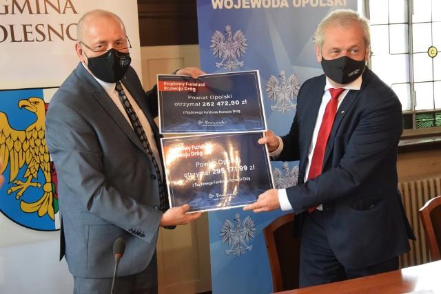 Podpisanie umów na dotacje rządowe w urzędzie miejskim w Oleśnie.