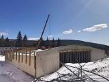 Jakuszyce: Trwają intensywne prace przy Dolnośląskim Centrum Sportu. Wokół jeszcze śnieg (ZDJĘCIA, WIZUALIZACJE)