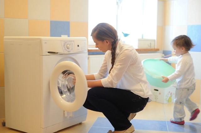 Jak używać pralkęFunkcjonowanie bez sprawnej pralki to duży kłopot. Jednak chroniąc pralkę nie tylko wydłużamy okres jej eksploatacji. Zwiększamy także efektywność prania, zapobiegamy niszczeniu tkanin i oszczędzamy na detergentach.