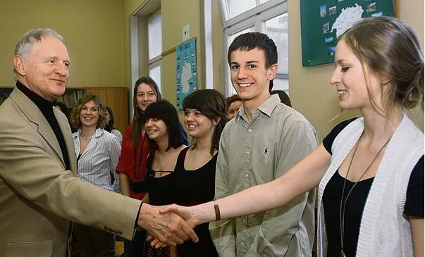 Cyprian Kosiński podczas spotkania w III LO z 40 najlepszymi uczniami z klas I-III