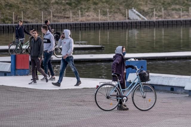 Pogoda w sobotę zachęcała do spacerów. Słońce i ciepłe powietrze przyczyniły się do tego, że wielu poznaniaków mimo pandemii koronawirusa zdecydowało się opuścić domy. W mieście pojawiło się też dużo rowerzystów. Policja i straż miejska patrolowały ulice Poznania sprawdzając czy przemieszczający się poznaniacy stosują się do zasad bezpieczeństwa.Przejdź do galerii i zobacz zdjęcia z miasta --->