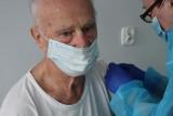 W Gorzycach rozpoczęły się szczepienia seniorów przeciw COVID-19. W tym tygodniu pierwszą dawkę otrzyma 30 osób (ZDJĘCIA)