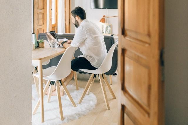 Do jakich incydentów dochodzi w trakcie zdalnych rozmów o pracę? Jak zareagować, gdy sytuacja wymknie się spod kontroli?  Zobacz, jakie wpadki zdarzają się najczęściej na rozmowach rekrutacyjnych online.