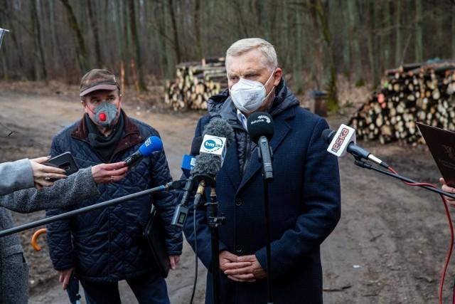 Prezydent Tadeusz Truskolaski i Ryszard Ziemblicki, były szef RDLP w Białymstoku, podczas konferencji poświęconej gospodarce leśnej prowadzonej na terenie Białegostoku przez Lasy Państwowe