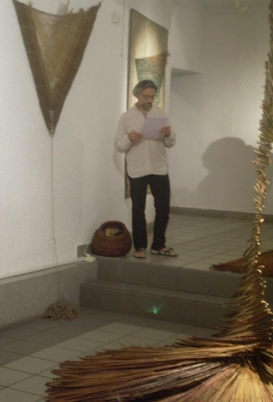 Marek Kossowski podczas wernisażu w ostrołęckiej galerii