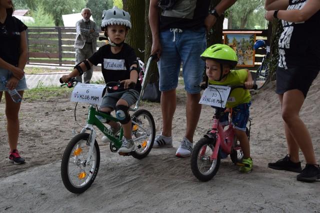 Równolegle do wyścigu MTB Kaczmarek Electric na nadodrzańskich błoniach, w niedzielę (8 lipca) w Parku Krasnala II nowosolski Klub Mam zorganizował wyścigi rowerowe i rowerkowe dla swoich pociech. Wystartowało 20 dzieci, na rowerkach dwu- i trzykołowych, na części hopek do jazdy rowerami górskimi. Dzieci jeździły pojedynczo na czas.Zobacz też: WYMARŁE MIASTECZKO NA SKRAJU LUBUSKIEGO [WIDEO, ZDJĘCIA]