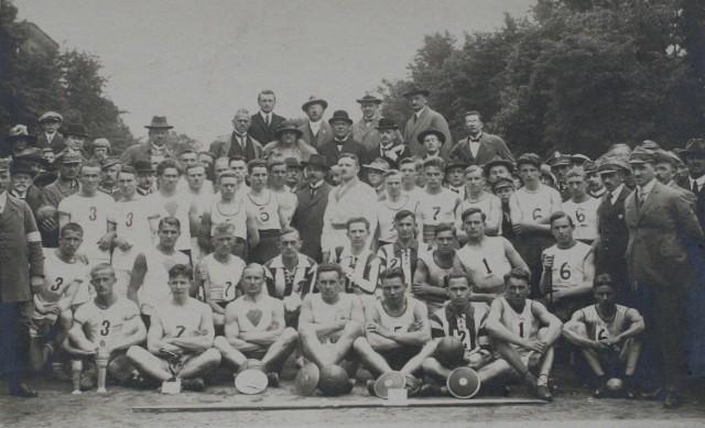 Polonia Bydgoszcz świętuje dziś 100-lecie. Mamy kolejne zdjęcia z archiwum. Na kolejnych stronach fotki z lekkiej atletyki, hokeja na lodzie, łyżwiarstwa figurowego, tenisa i judo>>>