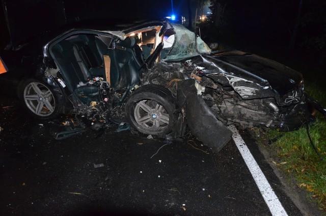 Śmiertelny wypadek w Złotowie: Auto uderzyło w drzewo. Jedna osoba nie żyje