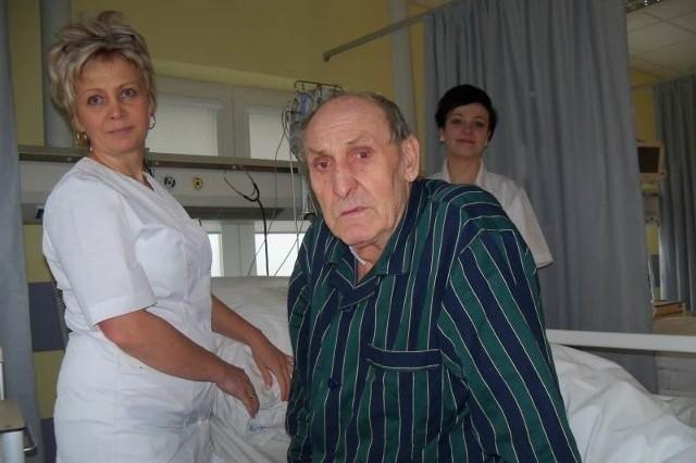 - Żyję dzięki lekarzom z Nysy - mówi Adam Łóżny. Obok pielęgniarki Katarzyna Sabaj i Alicja Gałońska.
