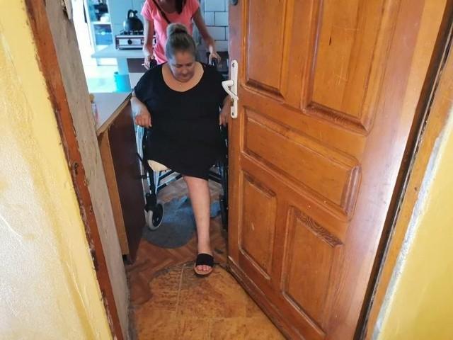 Żeby pani Aneta wyszła do toalety jedno z dzieci musi drzwi do mieszkania wyjąć z zawiasów. Inaczej wózek się nie mieści. O wyjściu do miasto, do sklepu lub urzędu nie ma mowy. Z piętra na parter prowadzą wąskie, strome schody.