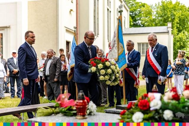 W sobotę (12 czerwca) przy ul. Suchowolca 27 odbyły się uroczystośći upamiętniające księdza Stanisława Suchowolca. Przedstawiciele władz i przyjaciele duchownego złożyli po mszy kwiaty na grobie kapelana. Zorganizowano również symboliczną pielgrzymkę.