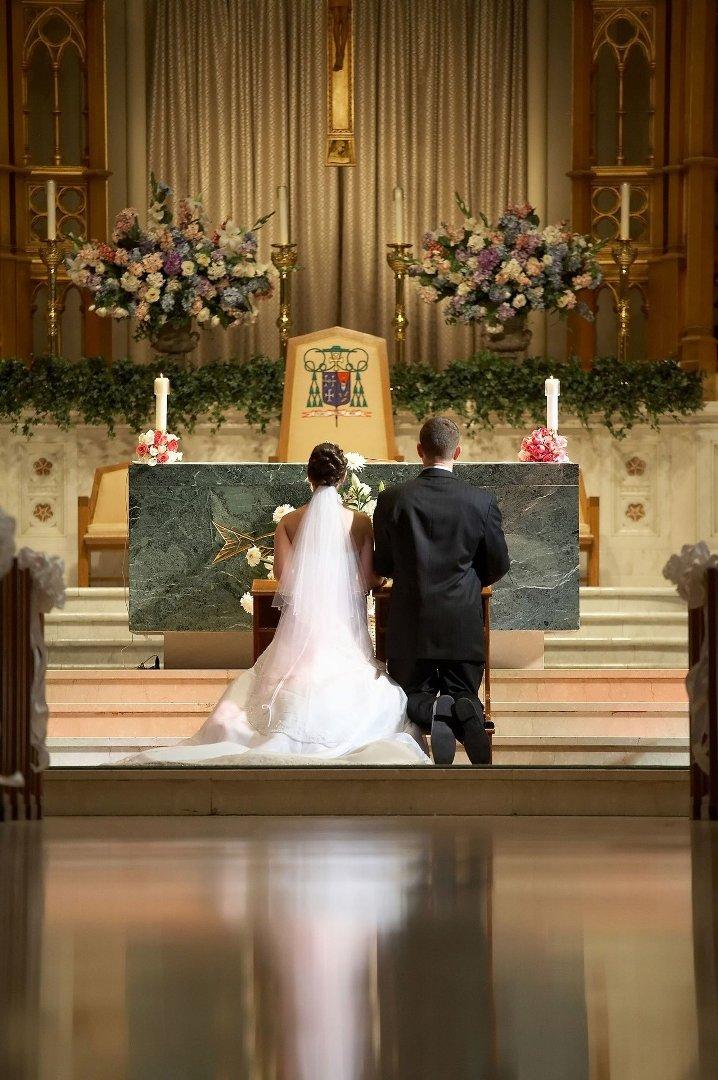 25631a14 Jeśli zdarzy się tak, że rąbek sukni ślubnej panny młodej przysłoni w  którymś momencie but