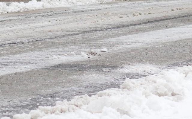 Śnieg może zamarznąć i stworzyć oblodzenie jezdni i chodników