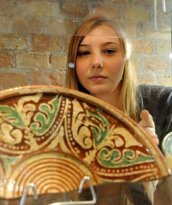 - Część zabytkowych przedmiotów z terenu starówki udało się zabezpieczyć i można je oglądać w muzeum twierdzy - zachęcała pracująca tam Agnieszka Wysoczańska.
