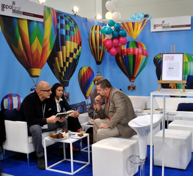 Przedstawiciele firmy podczas XVIII Międzynarodowych Targów Książki w Krakowie z nagrodą po prawej stronie.