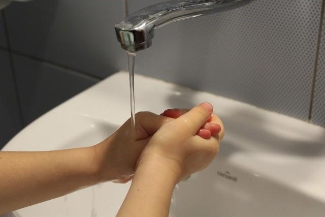 Częste mycie rąk to obowiązek. W podróży korzystajmy z żelu antybakteryjnego