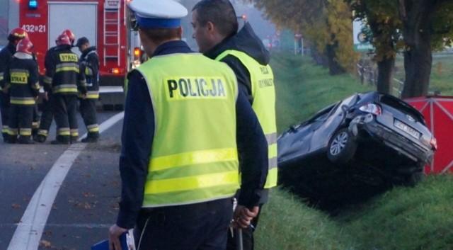 Na wiślance, czyli drodze krajowej nr 81 doszło do tragedii. Kobieta straciła panowanie nad autem, wyleciała z jezdni i dachowała.
