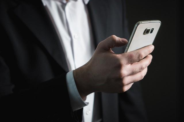 OPŁATY ZA ROAMING 2020. Od 1 stycznia 2020 r. w życie wejdą nowe stawki opłat dodatkowych za transmisję danych w roamingu w krajach UE oraz w Norwegii, Islandii i Lichtensteinie. Kwoty te wynikają bezpośrednio z Polityki Uczciwego Korzystania (FUP). Ile zapłacimy w przyszłym roku za 1 GB? Sprawdź!
