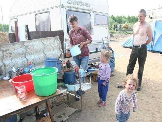 Kuchnia pod gołym niebem, obok pani Teresa, jej wnuczki i mąż, Kazimierz