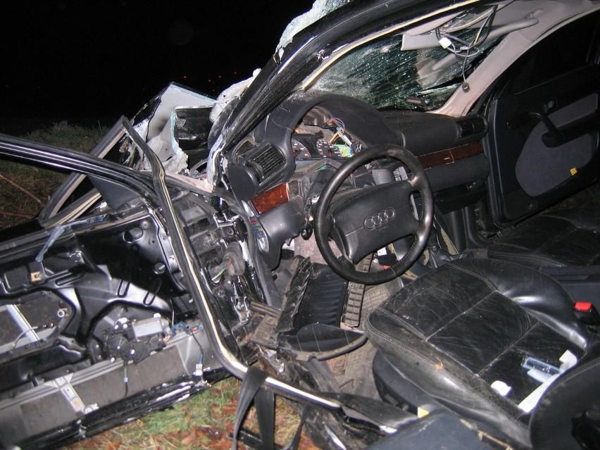 Audi wbiło się w drzewo i rozpadło się na części