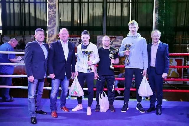 Najlepsi bokserzy gali w Gorzkowicach z działaczami Okręgowego Związku Bokserskiego
