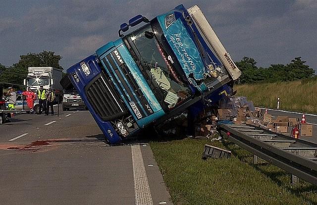 Z ciężarówki wysypało się mnóstwo gwoździ...