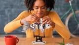 LEGO dla dorosłych. Układanie klocków LEGO pomoże zwalczyć stres i lęki. Idealny prezent na święta od marki LEGO