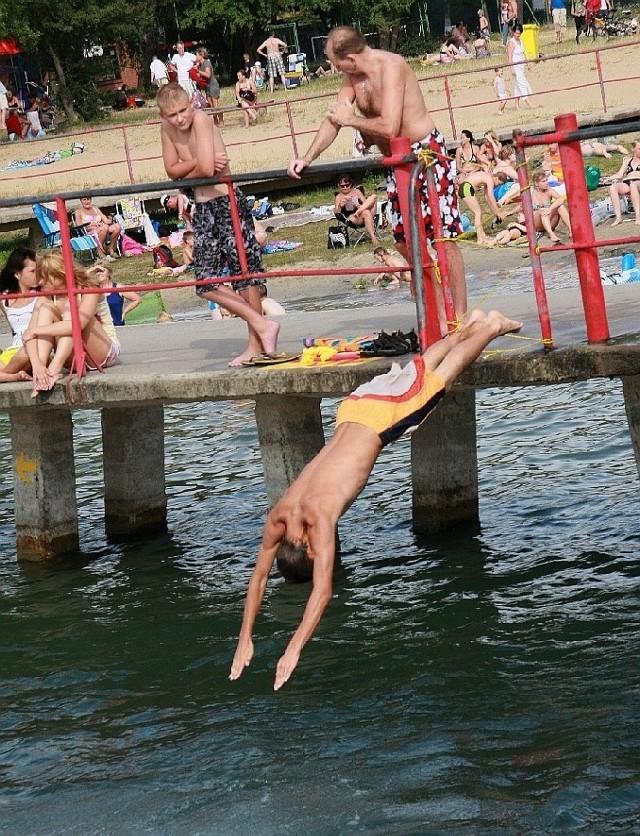 Wiele osób skacze z pomostów do jeziora, choć jest tam bardzo płytko. Ryzykuja kalectwem, a nawet życiem.