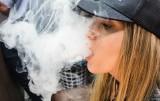 E-papierosy w szkołach to już prawdziwa plaga. Uczniowie palą elektroniczne papierosy, ponieważ nie wiedzą, że one szkodzą