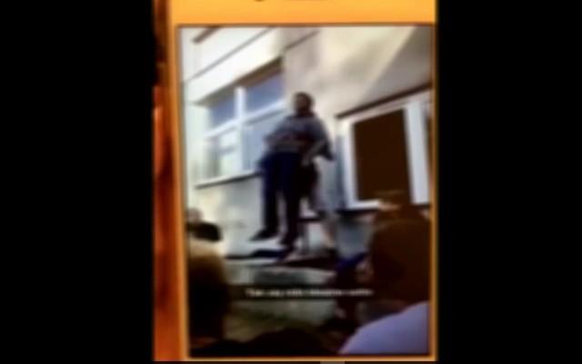 Na nagraniu widać, jak chłopak zrzuca pijanego nastolatka z murka