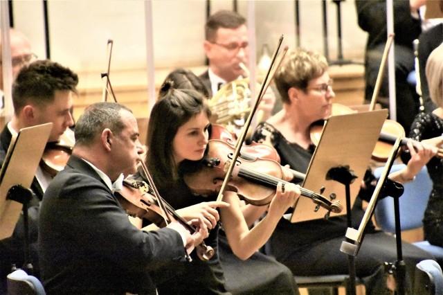 Kiedyż wrócą takie koncerty: artyści Filharmonii Zielonogórskiej koncertują przy pełnej widowni… Czekają muzycy i melomani!