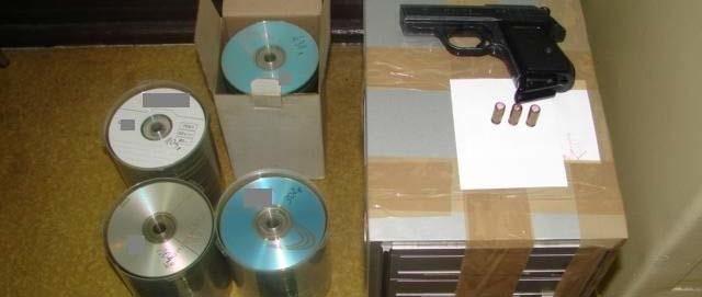 Zabezpieczone u podejrzanego płyty, komputer i pistolet.