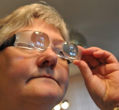 Krystyna Nyka, sekretarz koła Polskiego Związku Niewidomych w Zielonej Górze, prezentuje okulary max-tv.
