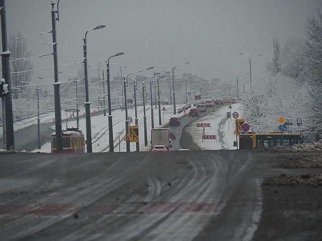 """Pierwszy porządny śnieg tej zimy spadł 6 stycznia (środa). Na szczęście w ostatnich dniach o porankach większość głównych ulic była już """"czarna"""", ale kierowcy jeżdżący łódzkimi drogami także wieczorami twierdzą, że zima znów zaskoczyła drogowców. Co prawda Urząd Miasta Łodzi ruszył z akcją zima, ale pługopiaskarki odśnieżały ulice dopiero parę godzin po pierwszych opadach śniegu."""