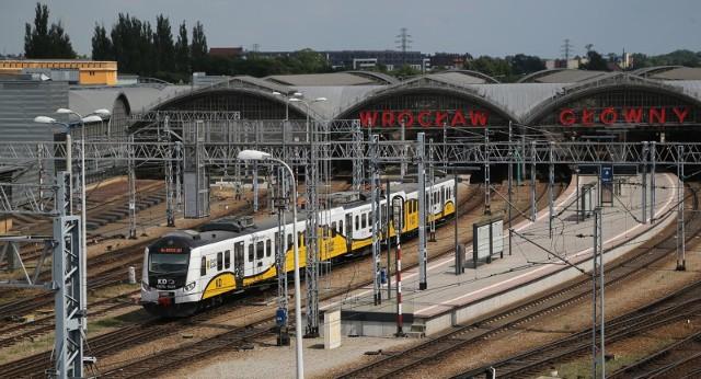 Dolnoślązacy do pracy, szkoły, czy na wycieczki podróżują 108 pociągami regionalnymi. Choć kolej zmienia się i modernizuje tabor, niektóre z nich mają nawet 40 lat. Dawniej idąc na dworzec było się pewnym, że wsiądzie się do pociągu Polskich Kolei Państwowych. Od kilku lat nie jest to takie oczywiste. Ruch lokalny na Dolnym Śląsku jest prowadzony przez dwóch przewoźników - Przewozy Regionalne oraz powołane w 2007 r. i należące w 100 proc. do samorządu województwa Koleje Dolnośląskie. Mieszkańców regionu do pracy, szkoły, czy na wycieczki wozi 108 składów. Te należące do KD pokonują średnio 1000 km dziennie, a Przewozów Regionalnych o połowę mniej.Zobaczcie na kolejnych slajdach, jakimi pociągami jeździmy po Wrocławiu i Dolnym Śląsku i do kogo należą, posługując się klawiszami strzałek na klawiaturze, myszką lub gestami.