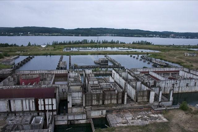 Nieukończony główny budynek Elektrowni Jądrowej w Żarnowcu.Polska elektrownia jądrowa budowana była w latach 1982–1989 w miejscu zlikwidowanej wsi Kartoszyno nad Jeziorem Żarnowieckim z siedzibą w Nadolu.