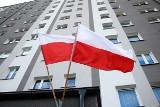 Dzień Flagi 2021 w Skarżysku-Kamiennej. Biało-czerwone barwy łopoczą przy wietrznej pogodzie [ZDJĘCIA]
