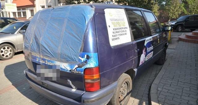 Napad na szczecineckiego taksówkarza. Taksówka pana Adama z wybitą szybą.