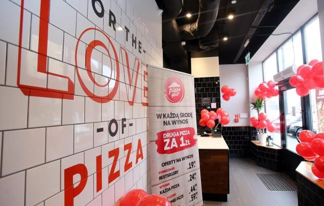 Kiedyś wyjście do pizzerii było świętem samym w sobie, a na dowóz mogły sobie pozwolić jedynie osoby z dużych miast, gdzie operowały duże sieci. Teraz [b]pizza stała się daniem uniwersalnym, powszechnym, a jej zamawianie to niemalże codzienność.
