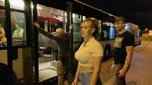 """Nikola Raczko podczas przygotowań do zagrania sceny w autobusie. Film """"Chleb i sól""""."""