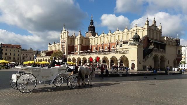 Kraków to turystyczna stolica Polski. Zamek Królewski na Wawelu, Kościół Mariacki i popularne na cały świat Sukiennice to tylko niektóre z miejsc, jakie warto odwiedzić.