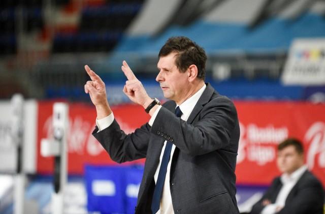 Trener Jarosław Zawadka pokazuje drugie wyjazdowe zwycięstwo w sezonie