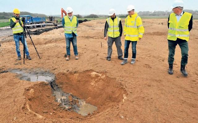 Na terenie budowy obwodnicy Koszalin - Sianów przeprowadzono pięć prób z wykorzystaniem ładunków wybuchowych. Ta metoda powoduje zagęszczanie podłoża.