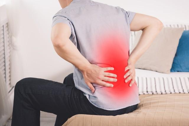 Podstawą w leczeniu niewydolności nerek jest zdiagnozowanie przyczyny takiego stanu. Często jednak jest to trudne, ponieważ przewlekła niewydolność nerek może rozwijać się przez długi czas bezobjawowo lub dawać objawy innych dolegliwości takie jak ból pleców mylony z zapaleniem korzonków lub chorobą zwyrodnieniową kręgosłupa.