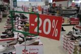 Sklepy promocjami zachęcają do zakupów - by przyciagnąć klientów po otwarciu centrów handlowych