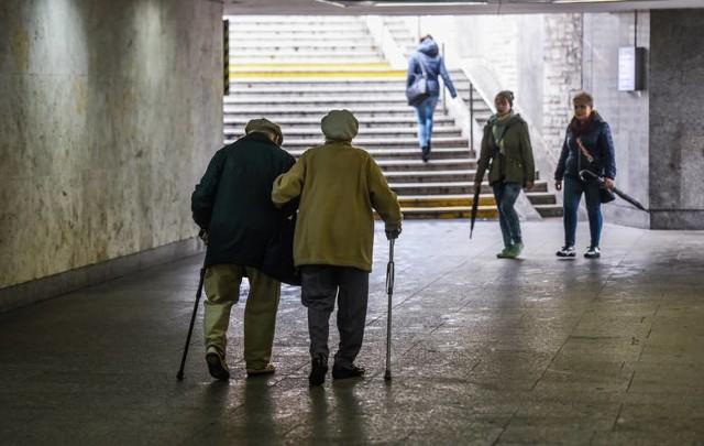 """W kwietniu emeryci, renciści i inni odbiorcy świadczeń długoterminowych otrzymają trzynastą emeryturę w wysokości 1250,88 zł brutto. Kwota ta będzie taka sama dla wszystkich, bez względu na to, jak duże są ich emerytury czy renty.Inaczej rzecz ma się z czternastką. W pełnej kwocie - która w tym roku wyniesie 1250,88 zł brutto (czyli tyle co emerytura minimalna) - dostaną ją ci, którzy pobierają świadczenia nie wyższe niż 2900 zł brutto. Wobec otrzymujących powyżej 2900 zł stosowana będzie zasada """"złotówka za złotówkę"""" - czytamy na stronie Ministerstwa Rodziny i Polityki Społecznej. Co to znaczy?- Czternasta emerytura będzie pomniejszana o kwotę przekroczenia ponad 2900 zł. To sprawiedliwe rozwiązanie, które pozwoli uniknąć sytuacji, gdy przekroczenie kryterium o kilka złotych wiązałoby się z pozbawieniem prawa do świadczenia - twierdzi na wspomnianej stronie rządowej minister rodziny i polityki społecznej Marlena Maląg.WIĘCEJ NA KOLEJNYCH STRONACH>>>"""